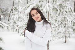 Портрет красивого брюнет outdoors Стоковая Фотография