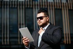 Портрет красивого взрослого бизнесмена читает новости Стоковая Фотография RF
