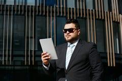 Портрет красивого взрослого бизнесмена читает новости Стоковые Изображения RF