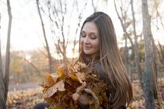 Портрет красивого девочка-подростка имея потеху внутри Стоковая Фотография