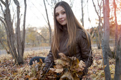 Портрет красивого девочка-подростка имея потеху внутри Стоковые Изображения RF