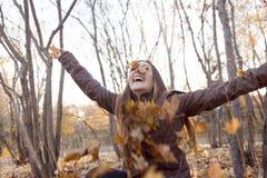 Портрет красивого девочка-подростка имея потеху внутри Стоковые Фото