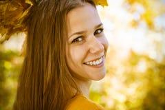 Портрет красивого девочка-подростка имея потеху в парке осени Стоковые Фотографии RF