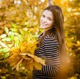 Портрет красивого девочка-подростка имея потеху в парке осени Стоковая Фотография RF