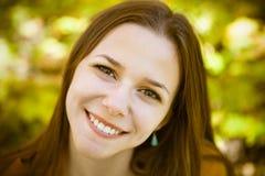 Портрет красивого девочка-подростка имея потеху в парке осени Стоковое Изображение RF