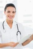 Портрет красивого женского доктора с доской сзажимом для бумаги Стоковое Фото