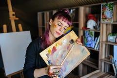 Портрет красивого женского художника с фиолетовыми волосами и пакостным h стоковое изображение rf