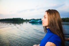 Портрет красивого задумчивого молодого брюнет Стоковое Фото