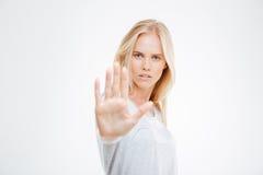 Портрет красивого знака стопа показа девушки с ладонью Стоковое Изображение