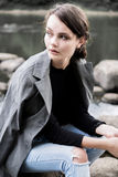 Портрет красивого длинн-с волосами брюнет в лесе Стоковые Фото