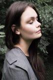 Портрет красивого длинн-с волосами брюнет в лесе Стоковое фото RF