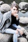 Портрет красивого длинн-с волосами брюнет в лесе Стоковые Фотографии RF