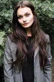 Портрет красивого длинн-с волосами брюнет в лесе Стоковая Фотография
