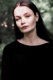 Портрет красивого длинн-с волосами брюнет в лесе Стоковая Фотография RF