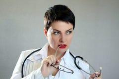 Портрет красивого и сексуального женского доктора в больнице Стоковые Фотографии RF