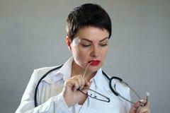 Портрет красивого и сексуального женского доктора в больнице Стоковые Фото