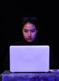 Портрет красивого и умного хакера девушки с компьтер-книжкой на темной предпосылке с использованием стекел в ее голове Стоковые Изображения