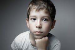 Портрет красивого мальчика смотря в кулачке Стоковое фото RF