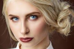 Портрет красивого молодого белокурого фото моды девушки стоковые фото