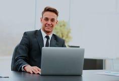 Портрет красивого молодого бизнесмена с компьтер-книжкой Стоковое Фото