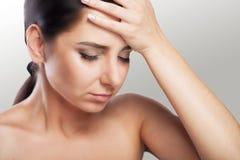 Портрет красивого молодого брюнет с чуть-чуть плечом, чувствует большую головную боль, проблемы здоровья, мигрень, профессиональн Стоковая Фотография RF