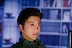 Портрет красивого молодого солдата нося военную форму, воинский оператора трутня наблюдая на его компьютере Стоковая Фотография
