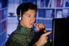 Портрет красивого молодого солдата нося военную форму, воинский оператора трутня наблюдая на его компьютере и Стоковая Фотография