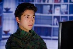 Портрет красивого молодого солдата нося военную форму, воинский оператора трутня наблюдая на его компьютере Стоковые Фотографии RF