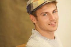 Портрет красивого молодого человека с винтажной шляпой Стоковые Изображения RF