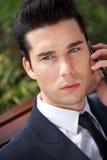 Портрет красивого молодого бизнесмена на телефоне Стоковое Изображение