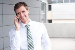 Портрет красивого молодого бизнесмена на телефоне Стоковое Фото