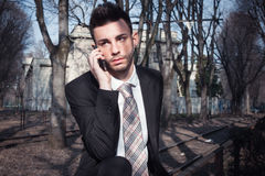 Портрет красивого молодого бизнесмена на телефоне Стоковая Фотография