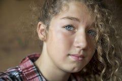 Портрет красивого молодого голубого глаза острословия девушки redhead Стоковое Фото