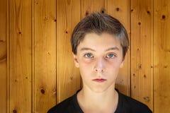 Портрет красивого подростка стоковые изображения