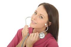 Портрет красивого профессионального молодого женского доктора Putting На Стетоскопа Стоковые Фотографии RF
