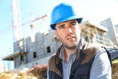 Портрет красивого рабочий-строителя на месте Стоковые Фото