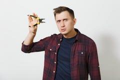 Портрет красивого серьезного кавказского молодого человека изолированного на белой предпосылке Скопируйте космос для рекламы С ме стоковое изображение