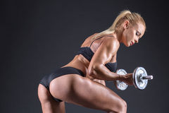 Портрет красивого спортсмена девушки с гантелью в студии Стоковые Изображения RF