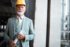 Портрет красивого старшего инженера, архитектор, бизнесмен на строительной площадке стоковые фотографии rf
