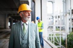 Портрет красивого старшего инженера, архитектор, бизнесмен на строительной площадке стоковое изображение rf