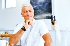 Портрет красивого старшего человека крытого Стоковое Изображение