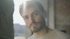 Портрет красивого стильного человека смотрит камеру в катакомбы 4K акции видеоматериалы