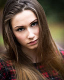 Портрет красивого темного белокурого девочка-подростка в лесе Стоковые Изображения RF