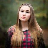 Портрет красивого темного белокурого девочка-подростка в лесе Стоковое Изображение