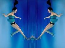 Портрет красивого тонкого стильного брюнет в голубых платье и пятках обувает underwater Стоковое Изображение