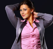 Портрет красивого уверенно положения женщины стоковые фотографии rf