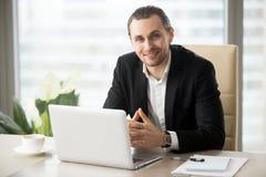 Портрет красивого усмехаясь бизнесмена в костюме в офисе Стоковое Изображение
