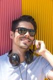 Портрет красивого человека в городской предпосылке говоря на телефоне стоковые изображения