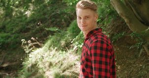 Портрет красивого человека над зеленой природой Стоковые Фотографии RF
