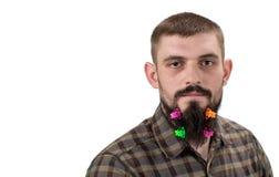 Портрет красивого человека при борода украшенная в зажимах волос дальше стоковое изображение rf